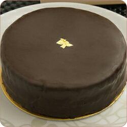 チョコレートをたっぷり使用して生地を焼き上げ爽やかな苦味の効いたチョコレートケーキにしあ...