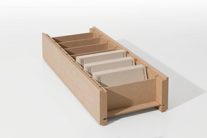 長さ30cmの木製名刺整理箱。大容量で、最大約1500枚のカードを収納することができます。仕切り付きだから、家族ごとの診察券を仕分けして収納するのにも便利。