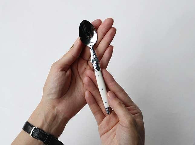 フランス生まれのカトラリーブランド「Jean Dubost(ジャン デュボ)」。ポケットナイフが起源と言われる「ライヨール」シリーズのティースプーン。どこかクラシックな佇まいが凛として美しい。長さ150mm。