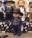 """1922年〜1967年の間、アメリカのジーンズメーカー""""Lee""""の販売促進用として作られた、 体長約30センチの人形""""バディ・リー""""。 その外見や素材は年代により変化し、1949年にはそれまでの壊れやすい素材からプラスティックに変わりました。 それ以降のバディ・リーは、壊れにくいことから当時の子供たちには乱暴な扱いをされたといわれています。 その結果として、良い状態で現存しているものはほとんどなく、現在では大変貴重なものとなりました。 --------------------------------------------- そんなコレクターアイテムとして今なお非常に人気が高く貴重なバディ・リー ドールをジーンズで有名なLee Japanとマイクカンパニーの共同プロジェクトで現在に復刻させたのが、今回の商品です。 大好評で、シリーズも第3弾になります☆。 今回も新たにボディーを若干変更して製作し、 衣装も新しくなったバディーリーです。 このドールの衣装はライダースタイプで、カウボーイハットとGジャン、チェックシャツと豪華なスタイル♪ Gジャンはこのサイズではかなり厚手のため、脱がすのに少しコツがいりますが、シャツだけのスタイルでも 文句なしのカッコよさ☆ バディーリーファンの方はもちろん、 企業系グッズのコレクターさんにもおススメの一体です! --------------------------------------------- 各1000体限定! ◆Lee Japanと弊社の共同企画による特別限定販売品です。 ◆専用ドールスタンドとボックスケースが付属します。 ◆ボディは共通で硬化プラスティック製です。 ◆生地は日本製。オリジナルの衣装を解体し、タグやリベットの 取り付け位置まで完全に再現して作っておりますので、 弊社が自信を持ってお届けする商品です ◆全長約33cm ヴィンテージのオリジナルには、手が届かなかった方や 当時、オリジナルドールを手に入れることができなかった方、是非手に取ってみてください!"""