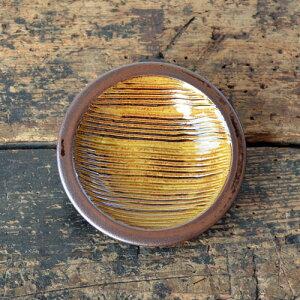 刷毛目や飛び鉋の同サイズの皿に比べ厚みがあり、しっかりとした印象。また、縁の盛り上がりも...
