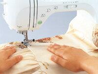 広い作業スペース:カーテンなどの布送りも、大物へのアップリケ付けもしやすくスムーズ。