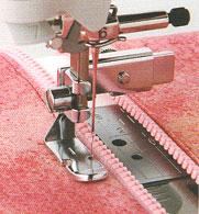 生地の端をぎりぎりの縫う際に便利な押さえですブラザーコンパクトミシン用片押さえ(ファスナ...