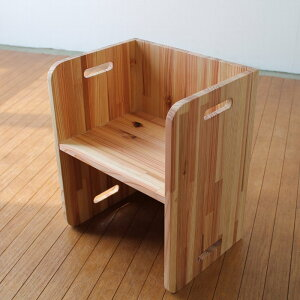 杉の無垢材で作られたオリジナルチェアです。gifTO kidschair