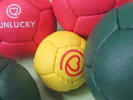 拡大するとこのような感じのペタンク球です
