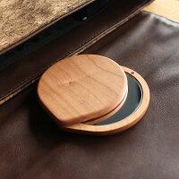 スライド式でコンパクトなサイズ、移動時でもミラーを傷つけない木製手鏡です。