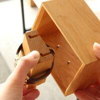 腕時計の台座はフレーム内側のピンによって固定されているので、着脱が簡単に行えます
