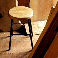 座面には集成材を使用。幾層にも重なり合った木材が独特な表情を見せてくれます