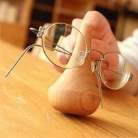 メガネを置く際に振り子の様に揺れるスタンドは、どこか懐かしい雰囲気と安らぎを感じさせてくれます。