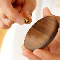 木部に磁石を組み込んであるので鉄のボールで写真をとめられます