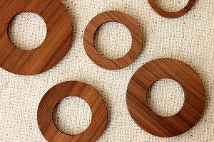 5つの違う大きさの輪っかを、自由に組み合わせて様々な形を楽しむことができます