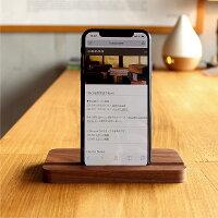 ウォールナットのスタンドにiPhoneXを使用。