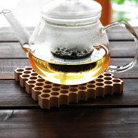 蜂の巣のように整然と並んだ穴は熱を逃がすため、鍋敷きに最適です