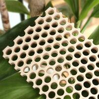 穴をあけることで、軽量化に加え、木材特有の「反り」を軽減することができます
