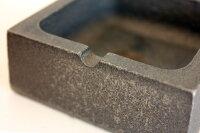 鋳型に流した際に生まれる窪みや染みが灰皿に表情を与えます、鉄の素のカタチをお楽しみください