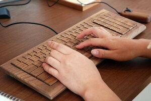 キーボード、マウス、マウスパッド等木のアイテムでデスク周りを揃えれば仕事がちょっと楽しくなります