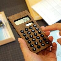 扱いやすいサイズの小さい電卓。ボタンもシリコン製のものを採用し、操作性も高くなっています。