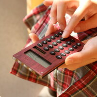 天然木を削りだした板がプラスされた、手触りが心地良い電卓です。