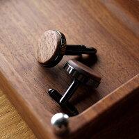 無機質な金属製カフスとはひと味違うシックな木製のカフス。