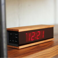 無機質なデジタル時計に、木の温かみをプラス。天然木の風合いがインテリアに溶け込みます
