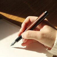 なめらかな書き心地の万年筆は使い込む程に艶が増し手に馴染みます。右利きの方は人差し指、左利きの方は親指で平面部を握るとスムーズに文字が書けます。