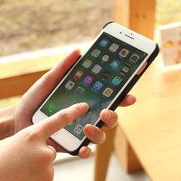 手触り良い塗装を施した木製アイフォン7PLUSケースは適度なグリップ感
