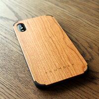 手触り良い塗装を施した木製アイフォンXケースは適度なグリップ感