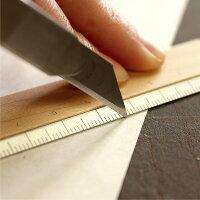 軽量で耐久性に優れたアルミを使用、カッターを使う作業にもおすすめです。