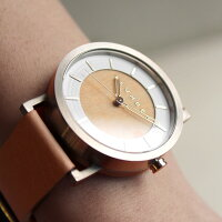 シンプルなスタイルが木目をより強調する腕時計です。