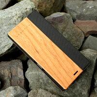 大切なスマートフォンを保護する手帳型ケース、アンティーク家具のように時の流れとともに趣が増す木ならではの味わい。