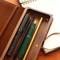 無垢材を贅沢に削りだした木の器にペンが納まります。収納力も高く、ペンが取り出しやすい構造です