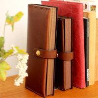 本のようなくぼみが指にひっかかり開閉しやすくなっています。手帳のように本棚に納めて、大切な文房具を保管しておくことができます