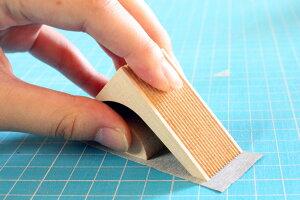 切れ味が悪くなってきたら、付属の紙ヤスリで研ぐ事ができます