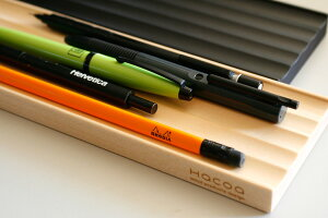 合計5本のペンを置くことができます。沢山置いておく場合も、表面の凸凹が手に取りやすい感覚でペンが整列します