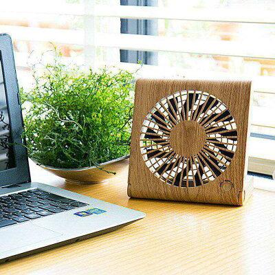 折りたためばただの板。3種類の電源に対応している木目調の卓上扇風機