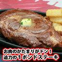 お肉のかたまりがドン!迫力の1ポンドステーキ!大きなステーキを、ワイワイみんなで分け合って...