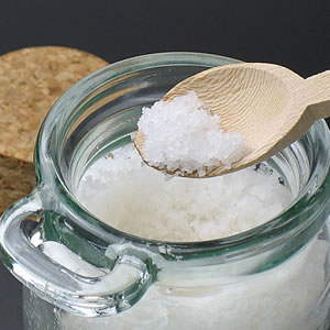 プレミアム・シーソルト〜塩職人が収穫した天日塩〜(150g瓶入り、木製スプーン付)【あす楽対応】