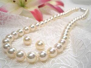 アコヤ真珠の中で選び抜かれたクイーンの中から希少な大粒で色の揃ったものをもう一度選ぶのは...