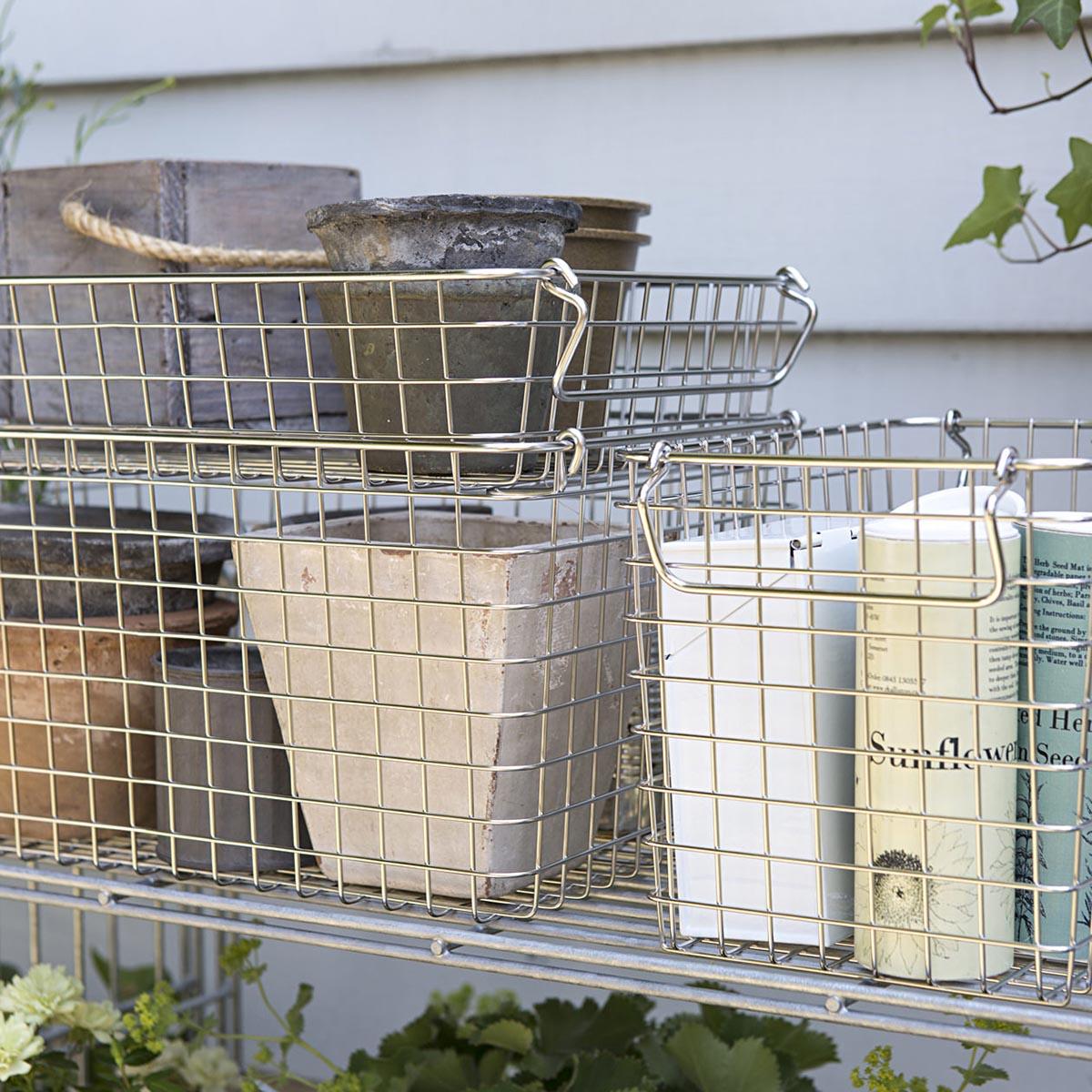 広いラックや収納棚の整頓に、かごを使っても素敵です。ステンレス製のワイヤーバスケットなら、水回りでもさびにくくて安心。
