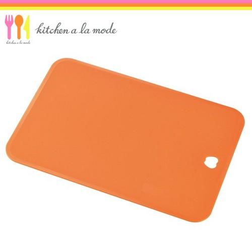 【ゆうパケット対応/代引不可】下村工業 キッチンアラモード ソフトまな板 オレンジ KMM-01O画像