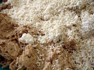 大豆・麹・塩・大豆の煮汁を混ぜて1年保存。1年味噌で発送いたします。