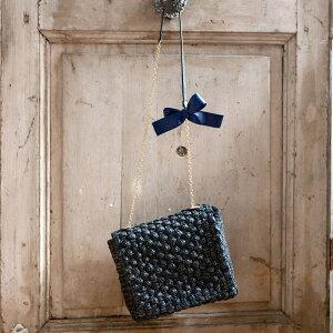 【新作】コンパクトなスクエア型が上品な雰囲気のストローバッグ。ショルダーチェーンにあしら...