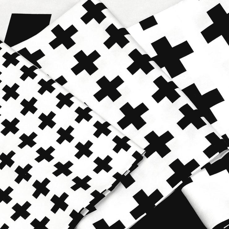 オックス生地 生地 おしゃれ 選べる 十字クロス柄 プラス柄 クロ オックス cr03-99 BLACK ブラック シロクロモノトーン black 黒 cross 北欧風 白黒モノトーン ファブリック 布 綿100% 蛍光晒しオックス生地 カルトナージュ生地 かわいい
