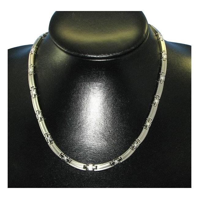 スワロフスキーが輝くシンプルで上品なネックレス。