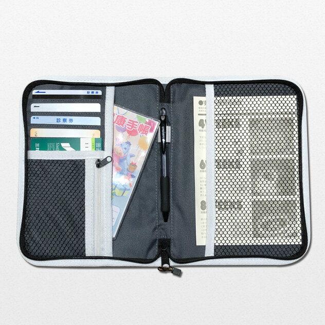 カードポケット7つに、カードポケットの裏の大ポケットが1つ。お薬手帳は大ポケットに収納できます。中央にはペンホルダー付き。ファスナー付きのメッシュポケットにはお薬や絆創膏も入れておけます。