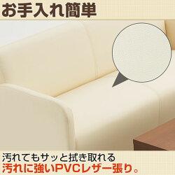 床に向かって細身になっていく脚部がスッキリとした印象をもたらすアジャスター付きのソファ