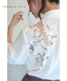 透ける白花刺繍のトップス