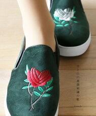赤と白の薔薇刺繍の靴