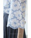 【再入荷♪6月5日12時&22時より】(ブルー)「frenchpave」可憐に咲いた白花総レースブラウストップス