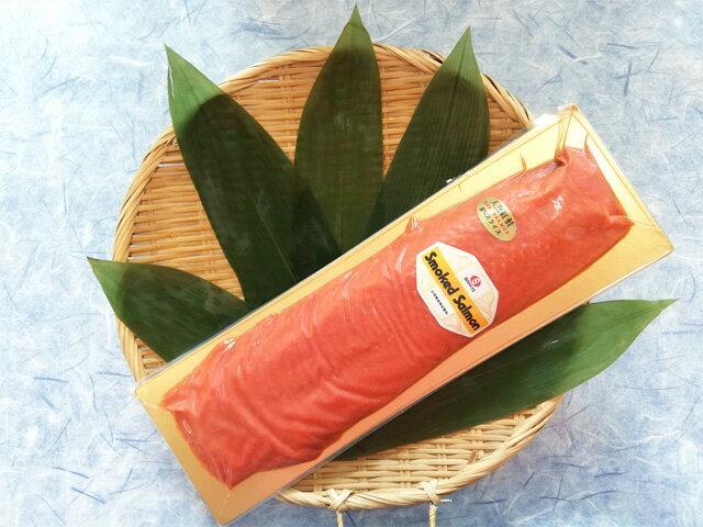 【送料無料】天然紅鮭スモークサーモン 500g(半身・冷凍(冷蔵)) スライスされ40cm×14cmの台紙の上に綺麗に並べられています!冷蔵商品のご注文ある際は冷蔵便に同梱致します